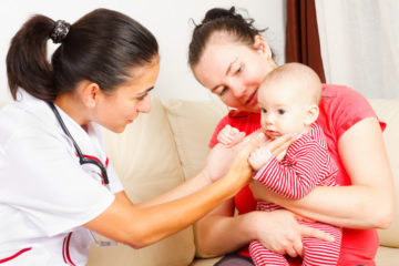 маленький ребенок на приеме у врача