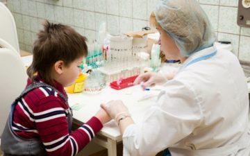 ребенок сдает кровь