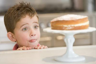 ребенок смотрит на сладкое