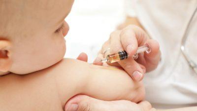 врач делает ребенку укол