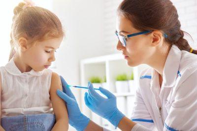 врач делает укол ребенку