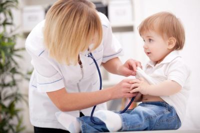 врач осматривает ребенка
